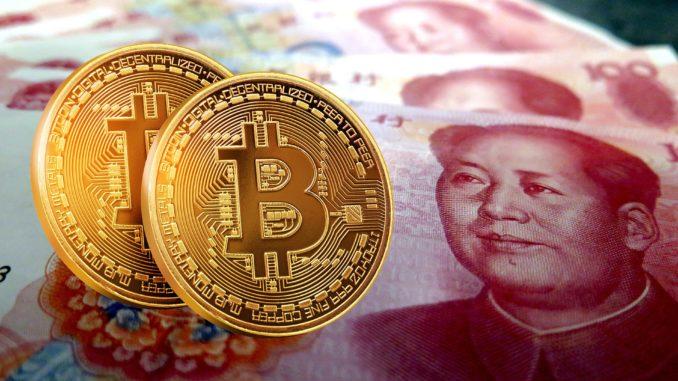 Logo de Bitcoin sobre divisa China para representar criptomonedas en China